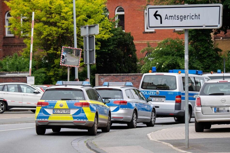 Polizeifahrzeuge versperren die Zufahrt zum Amtsgericht Celle.
