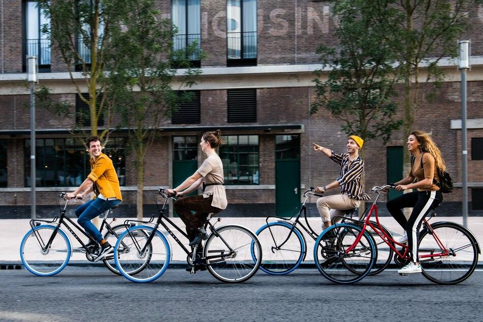 Aufs Fahrrad umgestiegen sind auch diese vier jungen Menschen.