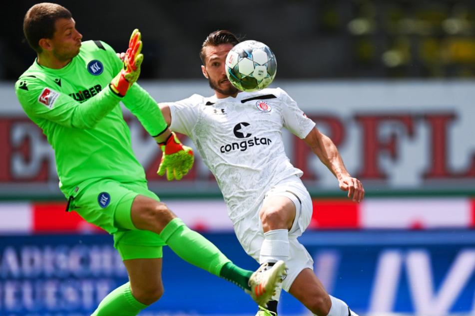 St. Paulis Stürmer Dimitrios Diamantakos (r.) überlupft KSC-Keeper Benjamin Uphoff und trifft zum 1:0 für die Kiezkicker.