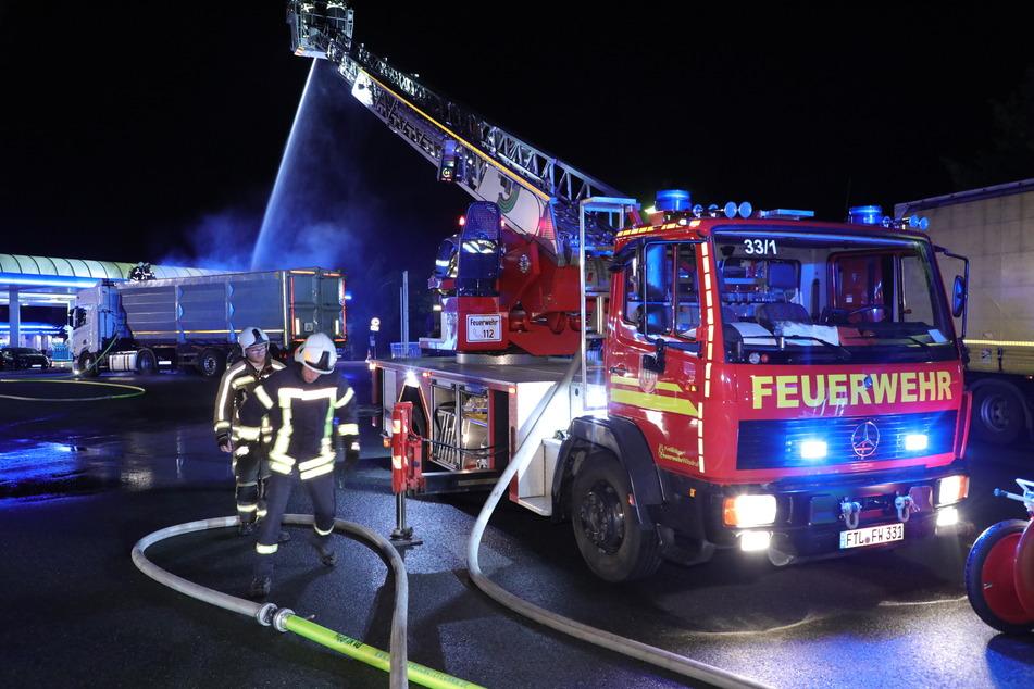 Die Kameraden der Feuerwehr versuchten den Laster zu kühlen.