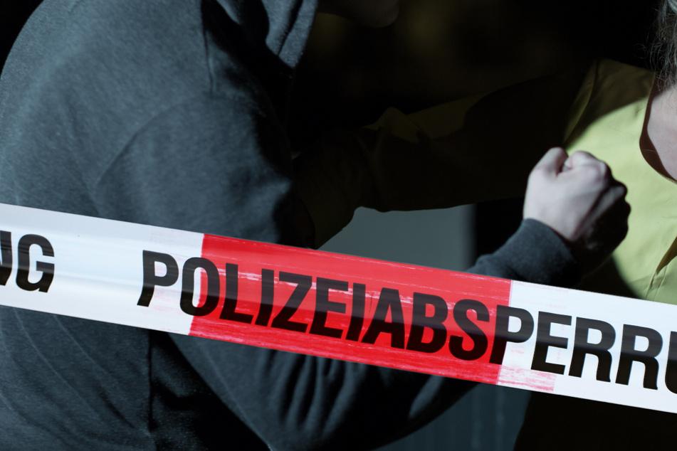 Die Angreifer waren dem Jungen und dem Mädchen aus einer Straßenbahn gefolgt. Gleich nach dem Ausstieg, bedrängten sie die 13-Jährige. (Symbolbild)