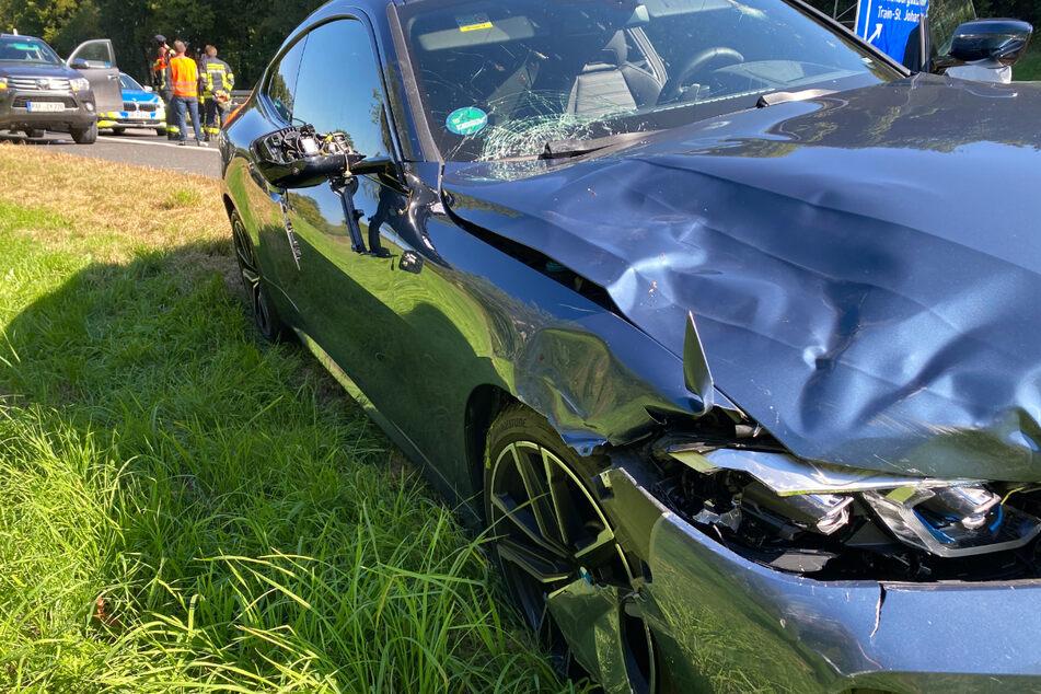 Der verbeulte BMW steht am Unfallort am Fahrbahnrand der A93.