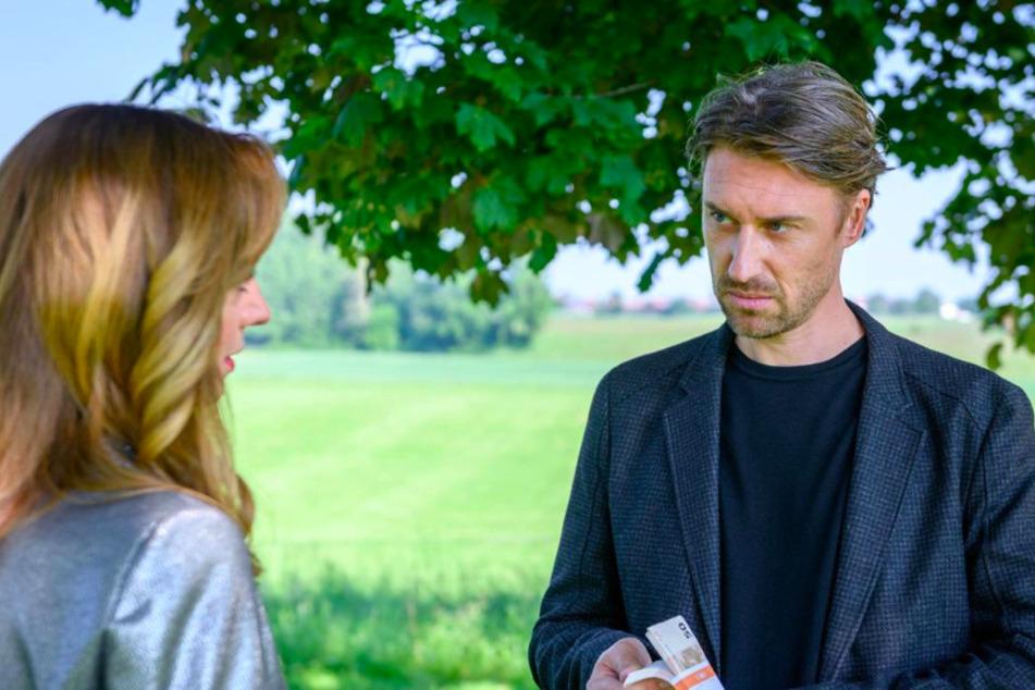 Ariane (Viola Wedekind, 43) will, dass Patrick (Peter Schorn, 43) Lia und Robert auseinander bringt.