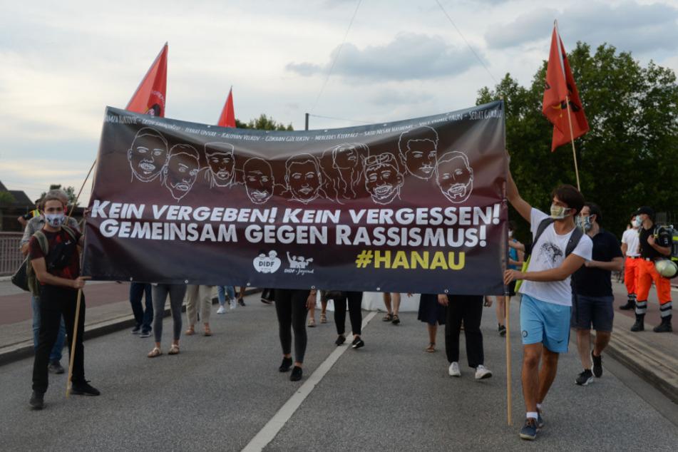 Demonstranten gedenken mit einem Banner an die Opfer von Hanau.