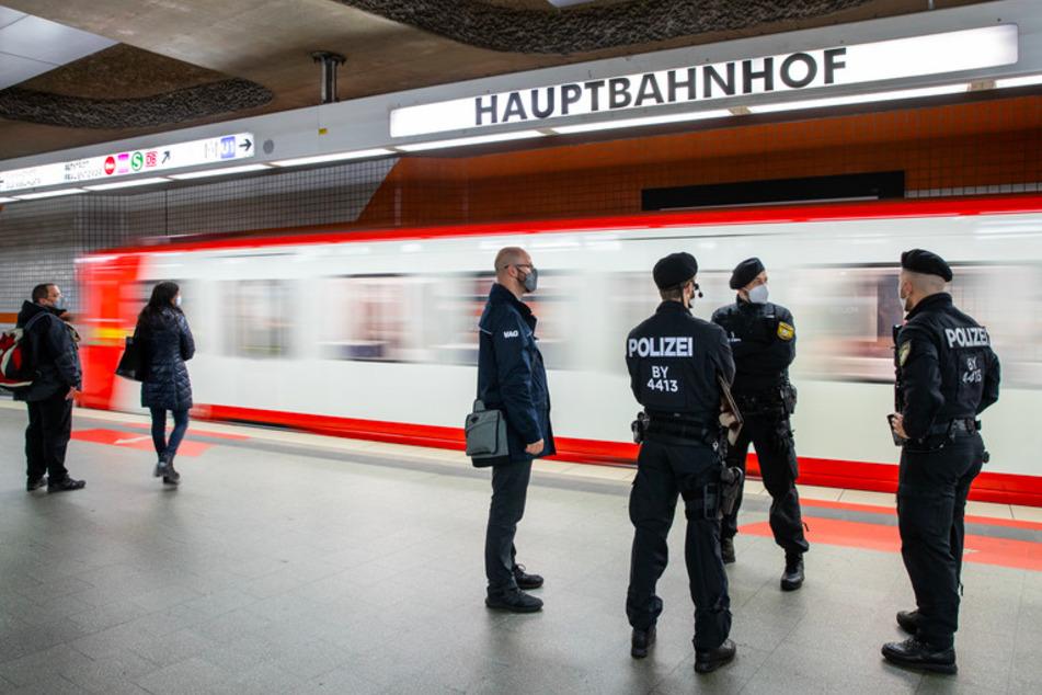 Polizisten und ein Mitarbeiter der VAG (Verkehrs-Aktiengesellschaft Nürnberg) machen am Hauptbahnhof einen Kontrollgang um die Einhaltung der Maskenpflicht zu prüfen.