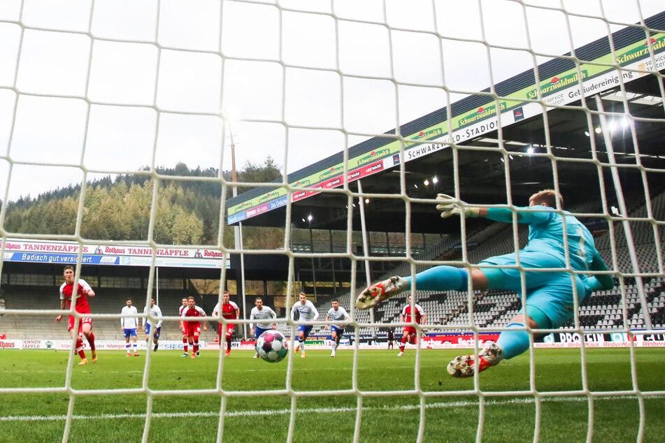 Roland Sallai (l.) verlädt Knappen-Keeper Ralf Fährmann (r.) und trifft zum 2:0 für den SC Freiburg.
