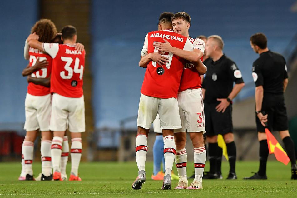 Kieran Tierney (r., mit der Nummer 3) umarmt nach dem Sieg des FC Arsenal über Manchester City im FA-Cup-Halbfinale seinen Teamkollegen Pierre-Emerick Aubameyang.