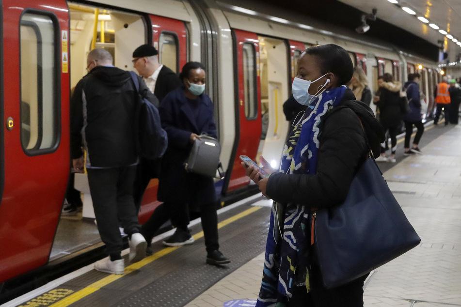 Menschen, teilweise mit Munddschutz, nutzen die U-Bahn. Das Tragen der Masken wird nun zur Pflicht.