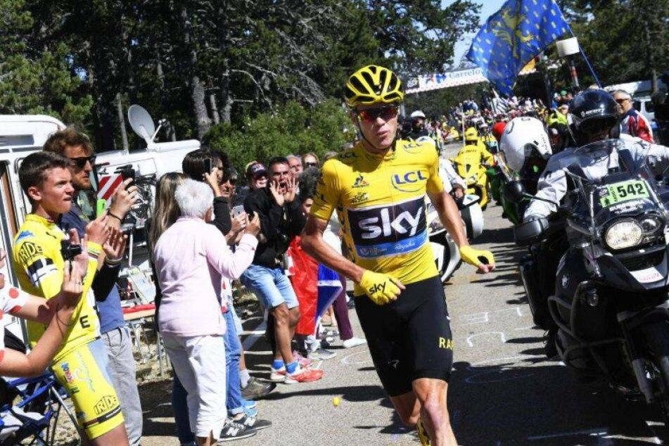 Video: Fahrer joggt bei Tour de France Richtung Ziel