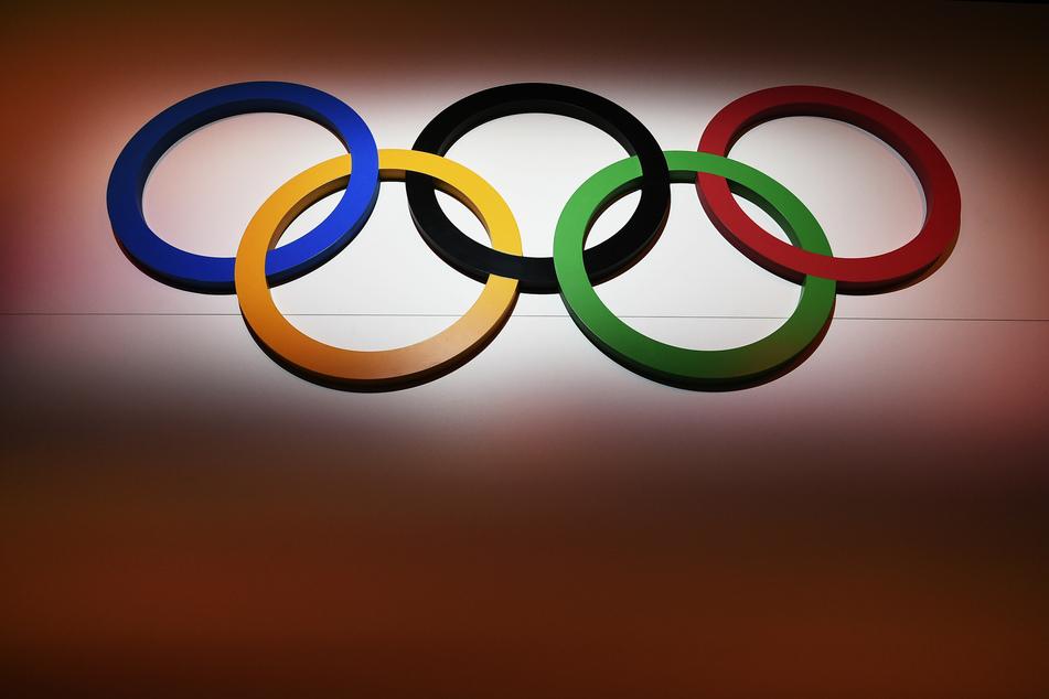 Die Olympischen Ringe hängen an einer Wand. Die Tests für die Winterspiele 2022 seien nicht in Gefahr.