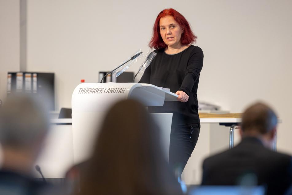 Die Fraktionsvorsitzende von Bündnis 90/Die Grünen, Astrid Rothe-Beinlic (47), spricht beim Sonderplenum des Thüringer Landtags. Sie fordert die aktuelle Impfreihenfolge aufzuheben.