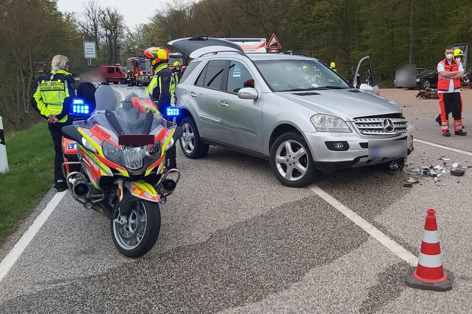 Tragischer Crash: 26-jähriger Kradfahrer stirbt bei Unfall mit Mercedes