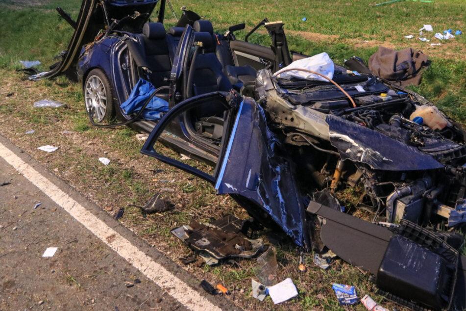 Autofahrer will einen Traktor überholen und kracht frontal in Gegenverkehr