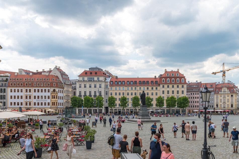Menschen spazieren über den Neumarkt. In der Dresdner Altstadt heißt es ab Dienstag: Maskenpflicht unter freiem Himmel!
