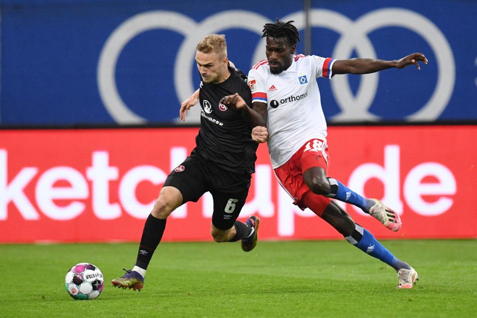 Szene aus dem Rückspiel der vergangenen Saison: HSV-Flügelflitzer Bakery Jatta (23, r.) kämpft gegen Nürnbergs Tim Handwerker (23) um den Ball.