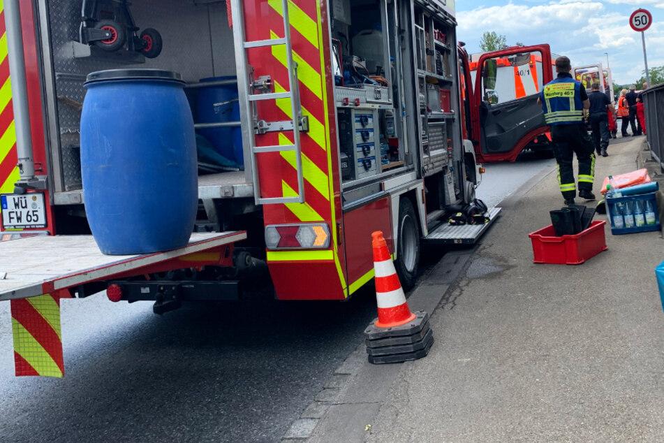 Das Bild zeigt einen Einsatzwagen der Feuerwehr auf der Konrad-Adenauer-Brücke in Würzburg.