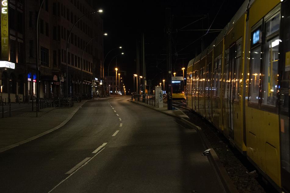 Straßenbahnen stehen an der Endstation auf der menschenleeren Warschauer Straße.