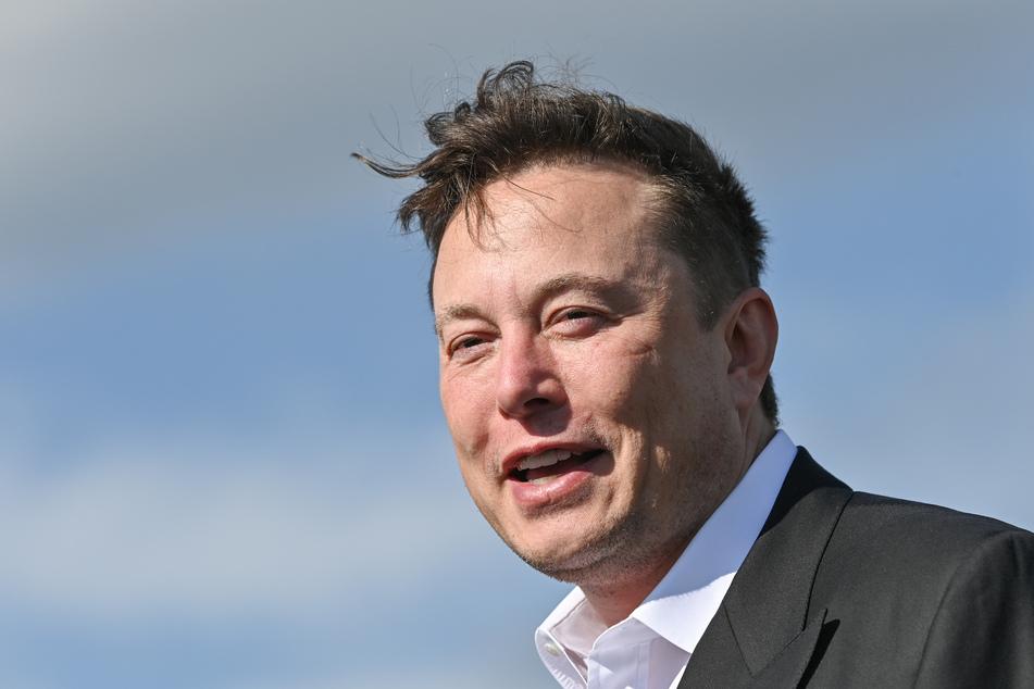 Elon Musk (49), Tesla-Chef, steht auf der Baustelle der Tesla Gigafactory. Musk vermutet, dass er an Covid-19 erkrankt ist - ist sich aber nach widersprüchlichen Testergebnissen unsicher.