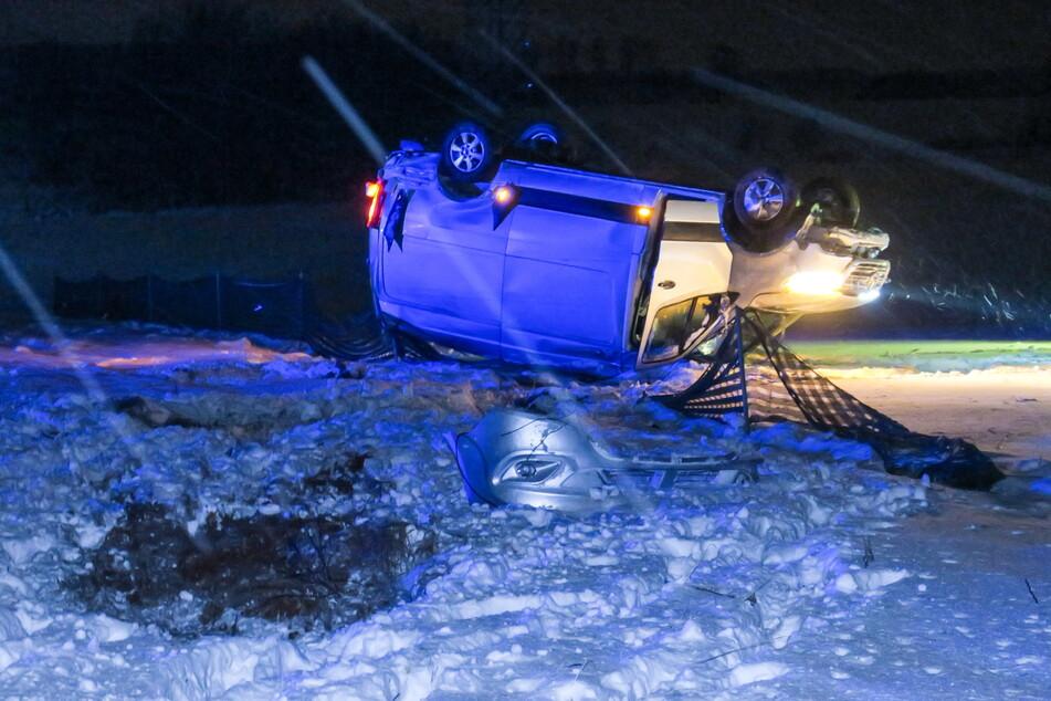 Ein Mercedes-Transporter kam in der Nacht von Sonntag auf Montag von der A72 ab. Er überschlug sich.