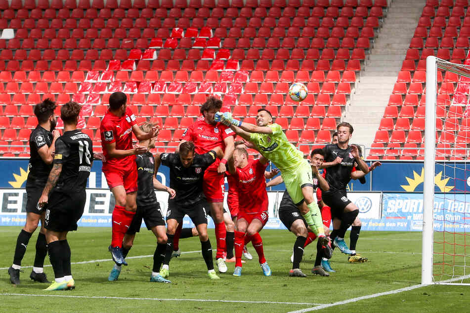 Kopfballstark ist Ronny König (6.v.l.). Hier trifft er zum 2:0 gegen Halle.