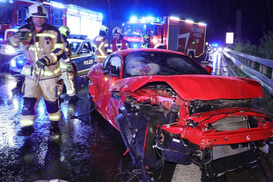 Unfall auf der A4: Jaguar kollidiert mit Lkw und kracht gegen Leitplanke!