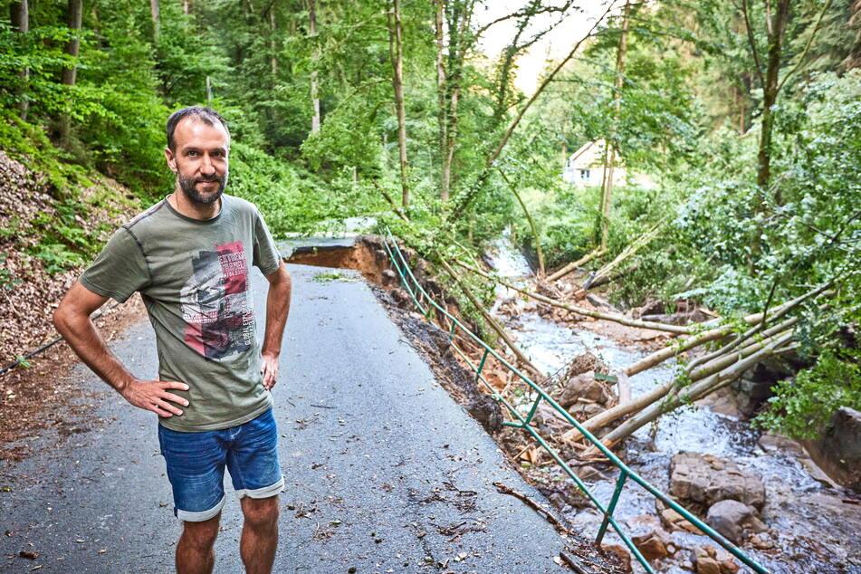 Am Mühlgrundbach betrachtete Dr. Andreas Heine, Bürgermeister der Gemeinde Reinhardtsdorf-Schöna, die Schäden am abgerutschten Hang.