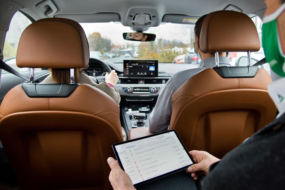 Ein Tablet mit einem elektronischen Prüfprotokoll ist künftig Bestandteil der Fahrprüfung.