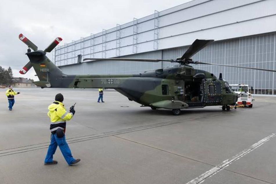 Das Einschleppen des ersten Hubschraubers NH90 zu den Elbe Flugzeugwerken in den Hangar.