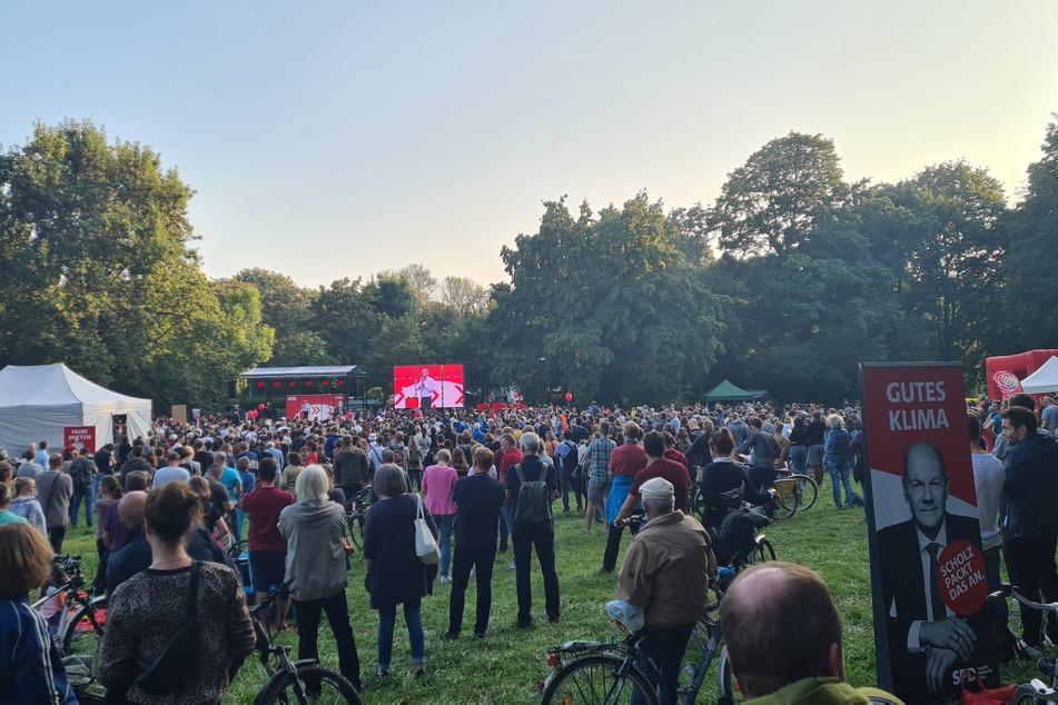 Mehrere Hundert Leipziger kamen am Sonntag im Clara-Zetkin-Park zur Wahlkampfveranstaltung von Olaf Scholz (63) zusammen.