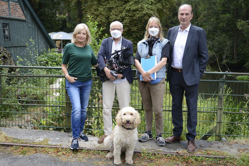 """Sabine Postel (l-r), Michael Tötter (Kamera), Bettina Schoeller-Bouju (Regie) und Herbert Knaup beim Drehstart für """"Die Kanzlei""""."""