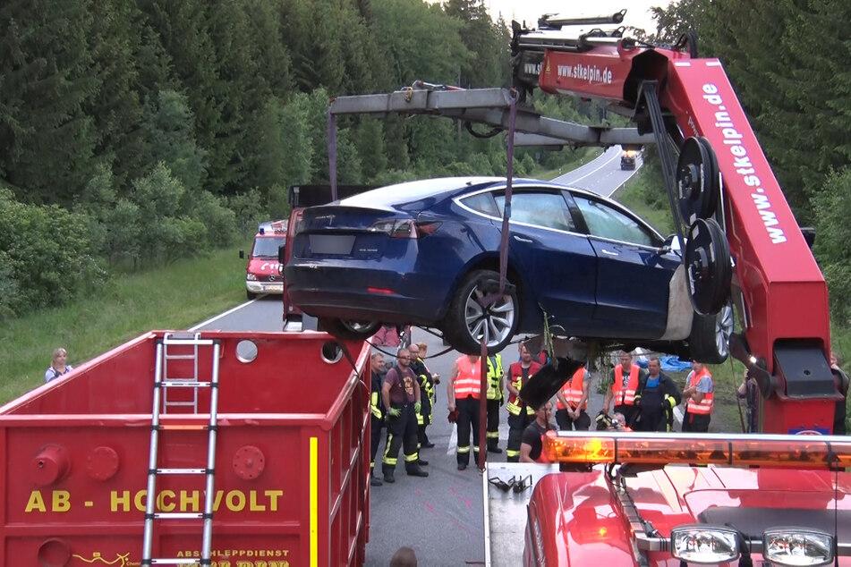 Da enorme Brandgefahr von der Batterie des Teslas ausging, kam ein Hochvolt-Container zum Einsatz. Hier wird das Elektroauto mit einem Kran in den Container verladen.