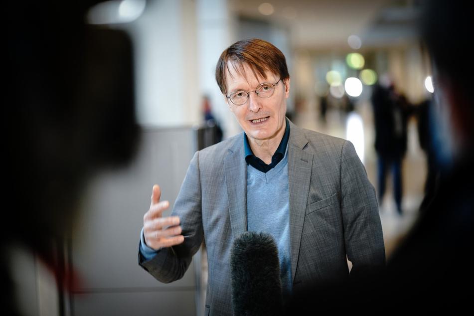 Karl Lauterbach (SPD), Gesundheitspolitiker, spricht im Bundestag, nach der Regierungserklärung der Bundeskanzlerin zur Bewältigung der Corona-Pandemie, zu Medienvertretern.