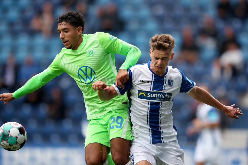 Omar Marmoush vom VfL Wolfsburg (l., hier gegen Magdeburgs Daniel Steininger) soll das Interesse des FC St. Pauli geweckt haben.