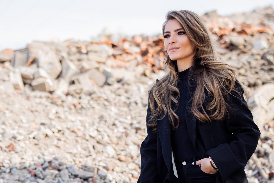 """Die Moderatorin Sophia Thomalla steht für die Kuppelshow """"Are You The One"""" in Griechenland vor der Kamera."""
