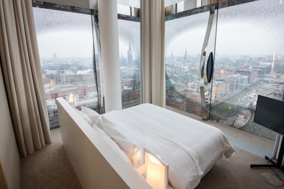 Das Westin Hotel in der Elbphilharmonie bietet einen traumhaften Ausblick auf Hamburg. (Archivbild)