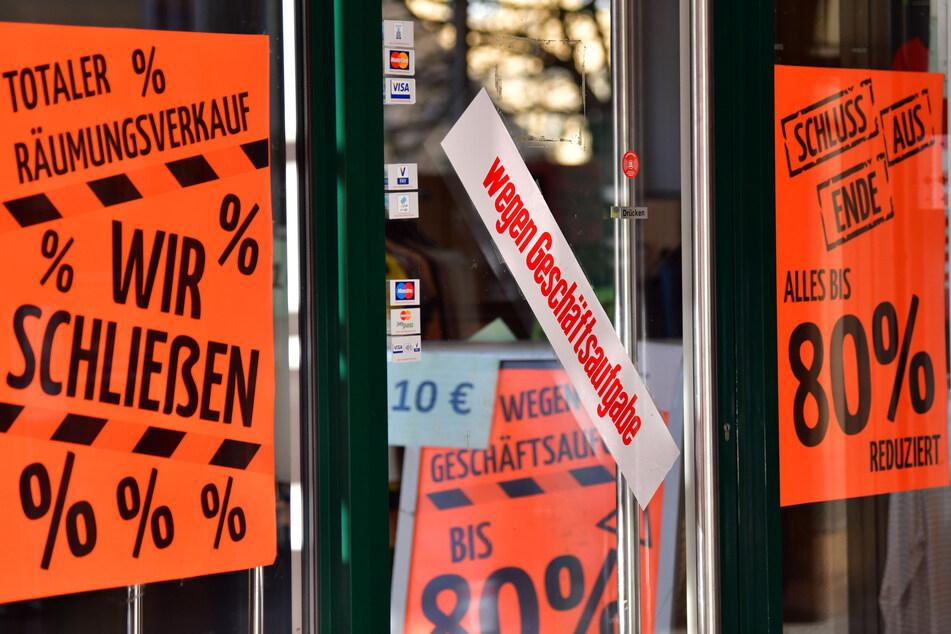 """""""Wir schließen"""" und """"wegen Geschäftsaufgabe"""" steht auf Aufklebern an Fenstern und einer Tür eines Geschäfts in Eisenach. Die wegen der Corona-Pandemie erhobenen Ausgangsbeschränkungen haben massiven Einfluss auf die Wirtschaft und damit auch auf den Arbeitsmarkt."""