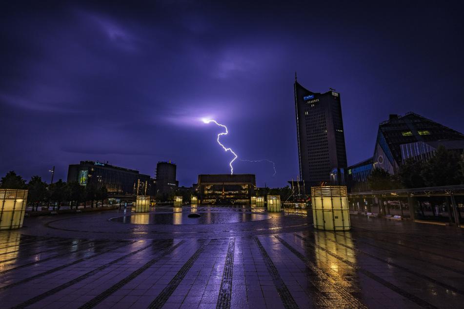 Am Mittwoch und Donnerstag werden in Mitteldeutschland viele Schauer und Gewitter, teils mit unwetterartigem Regen erwartet. (Symbolbild)