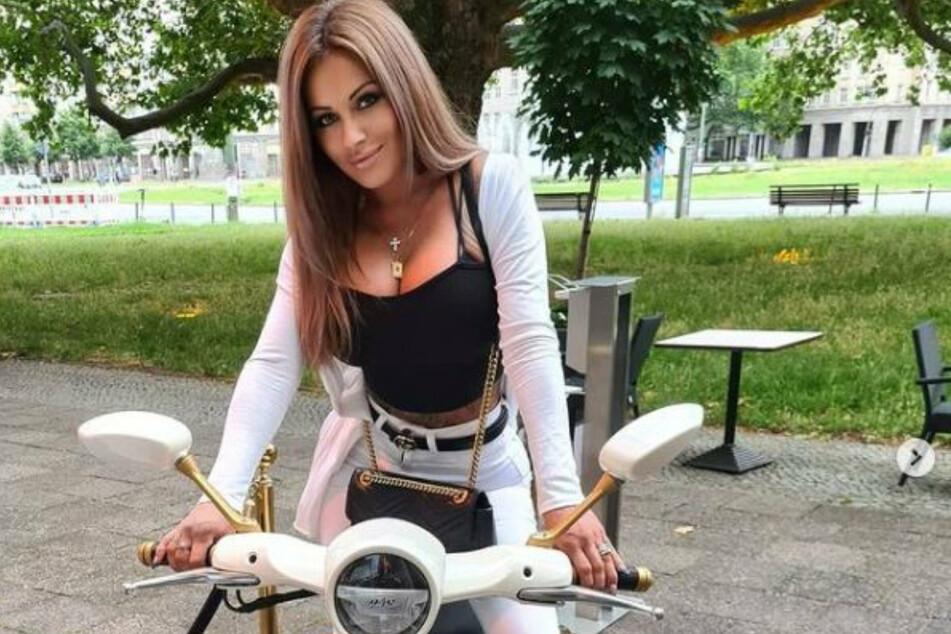 Gibt jetzt auf zwei statt vier Reifen Gummi: Julia Jasmin Rühle (33) macht auf einem Motorroller bereits wieder Werbung.