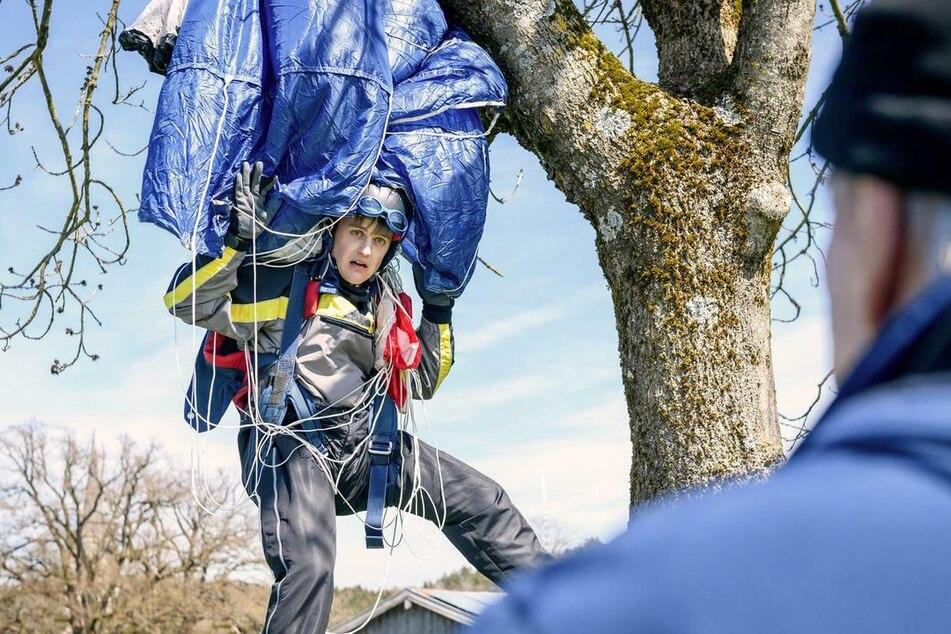 Fallschirmsprung ohne Happy End: Max (Stefan Hartmann) landet in einem Baum - und das ist noch nicht alles.