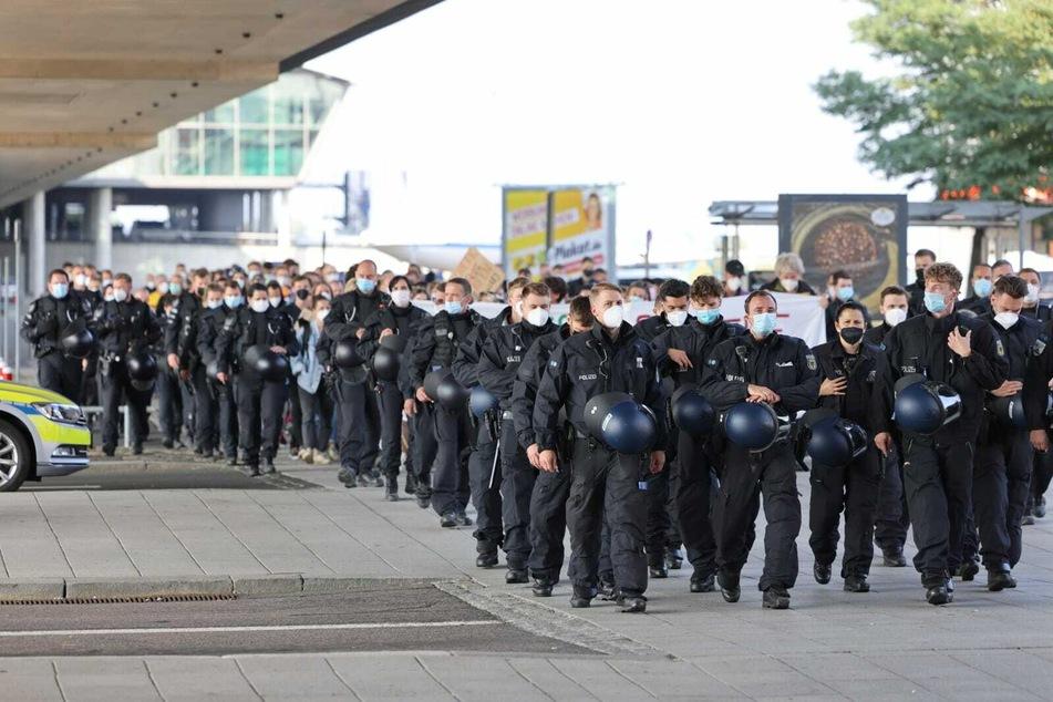 """Die Polizei sicherte die """"Umbau statt Ausbau - LEJ zum sicheren Hafen""""-Demo bis zur letzten Minute ab."""