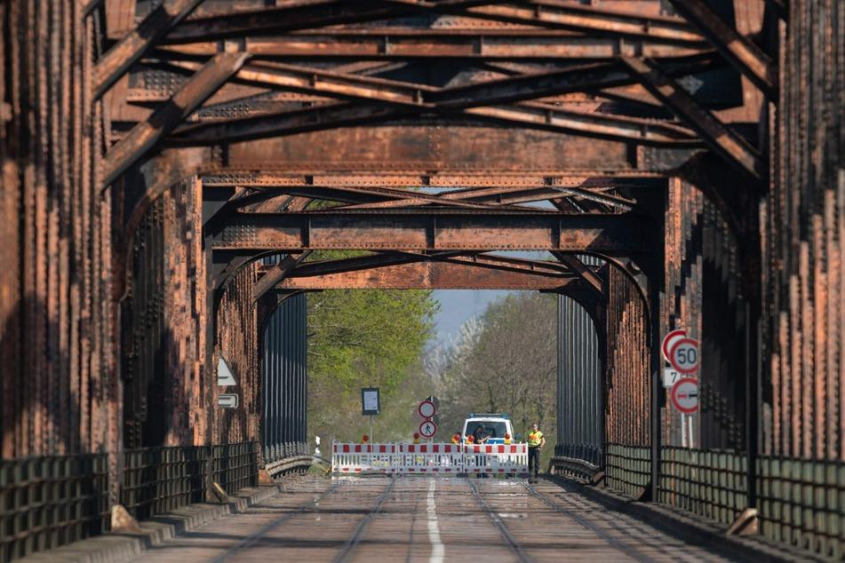 Deutsche Polizisten bewachen die deutsch-französische Grenze auf einer Brücke über dem Rhein im Rahmen der Maßnahmen zur Eindämmung des Coronavirus.
