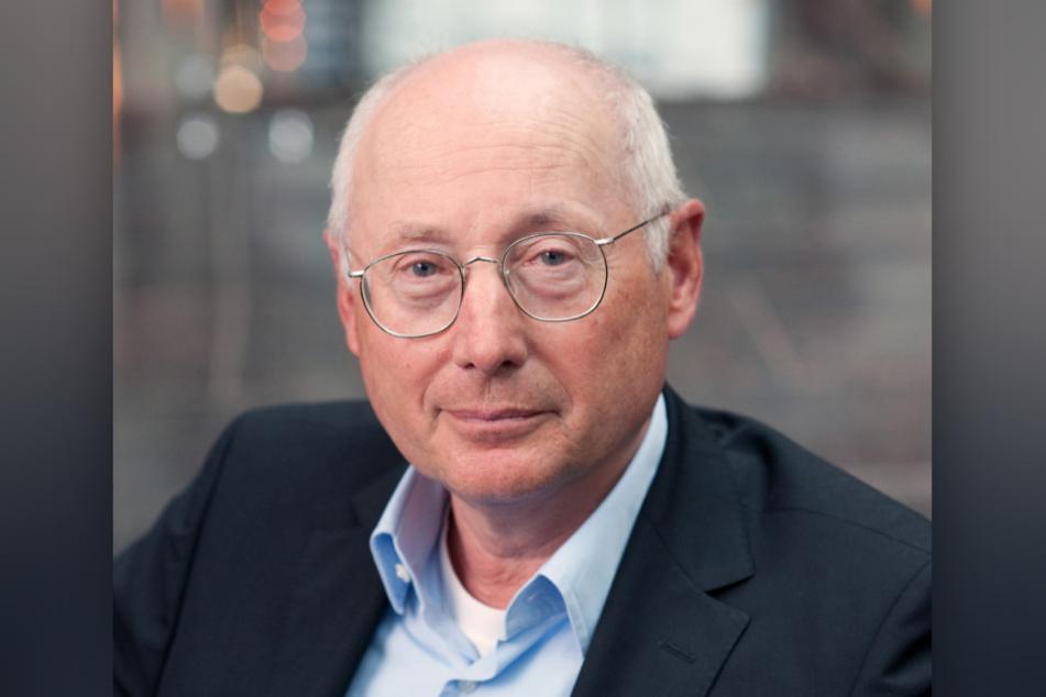 Der erfolgreiche Journalist Stefan Aust (74) wird das Drehbuch für die Verfilmung über Angela Merkel (66, CDU) schreiben.