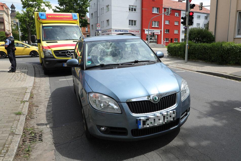 Die Frau knallte bei dem Unfall gegen die Frontscheibe des Skodas und landete anschließend auf der Fahrbahn.