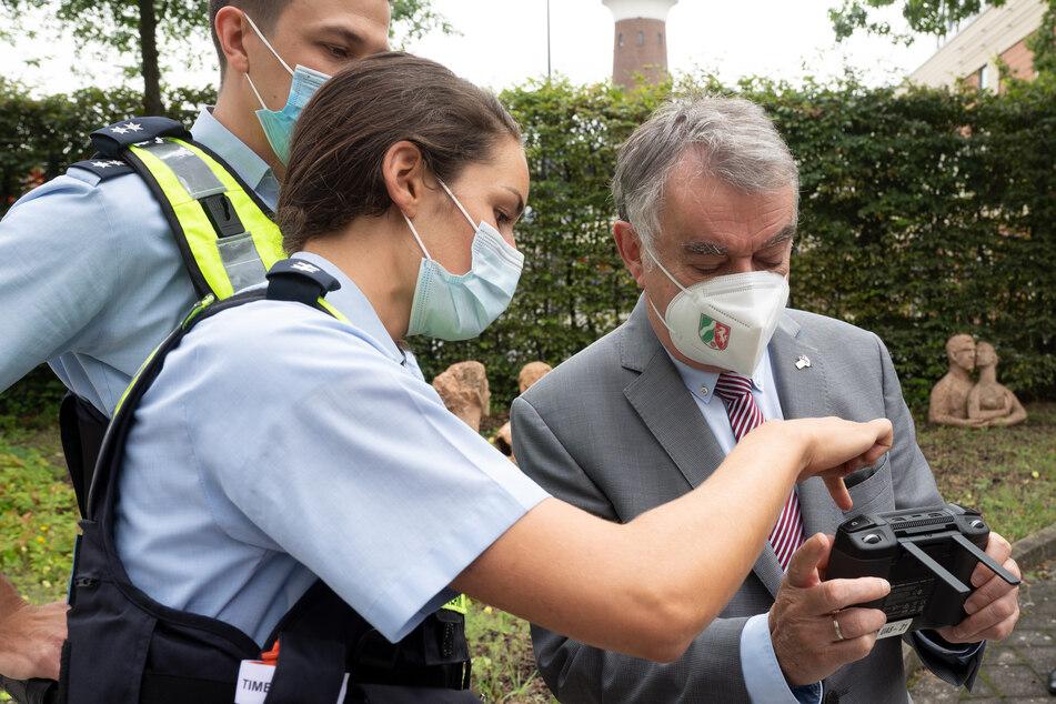 NRW-Innenminister Herbert Reul (68) lässt sich ein Drohnen-Instrument erklären.