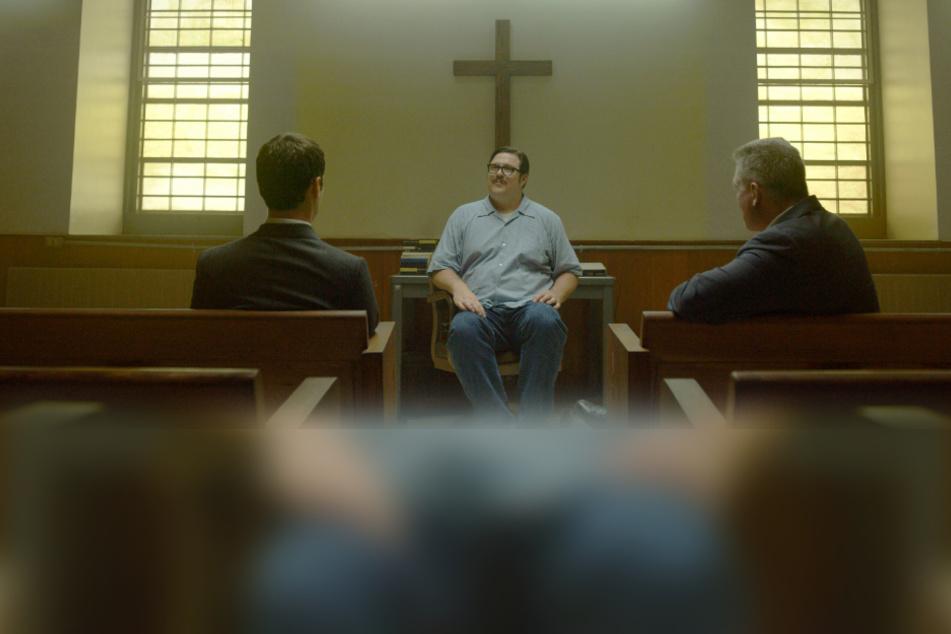 """Jonathan Groff (als Holden Ford, l-r), Cameron Britton (als Verbrecher Kemper) und Holt McCallany (als Bill Tench) in einer Szene aus """"Mindhunter""""."""