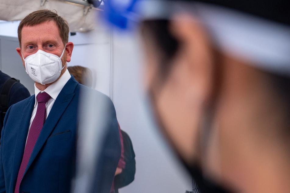 Michael Kretschmer (CDU), Ministerpräsident von Sachsen, unterhält sich im Test- und Impfzentrum der Hochschule Mittweida.