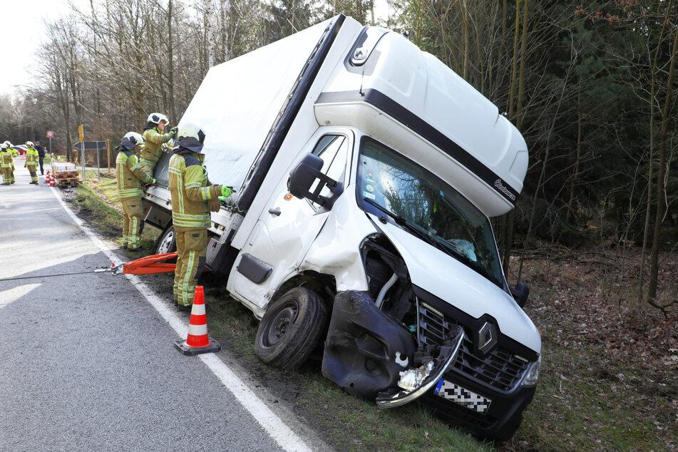 Der Renault-Kleinlaster kam nach dem Crash von der Straße ab.