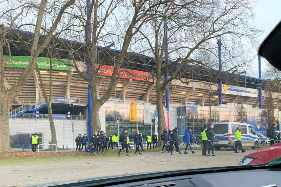 """Die Spieler des MSV Duisburg wurden nach der Partie von Ordnern begleitet zu ihren Autos gebracht. Dabei mussten sie sich Pfiffe und """"Pfui""""-Rufe der Fans anhören."""