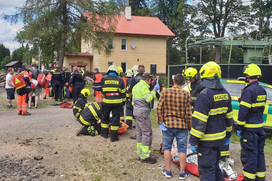 Rettungskräfte versorgen verletzte von dem Zugunglück in der Nähe der Unfallstelle.