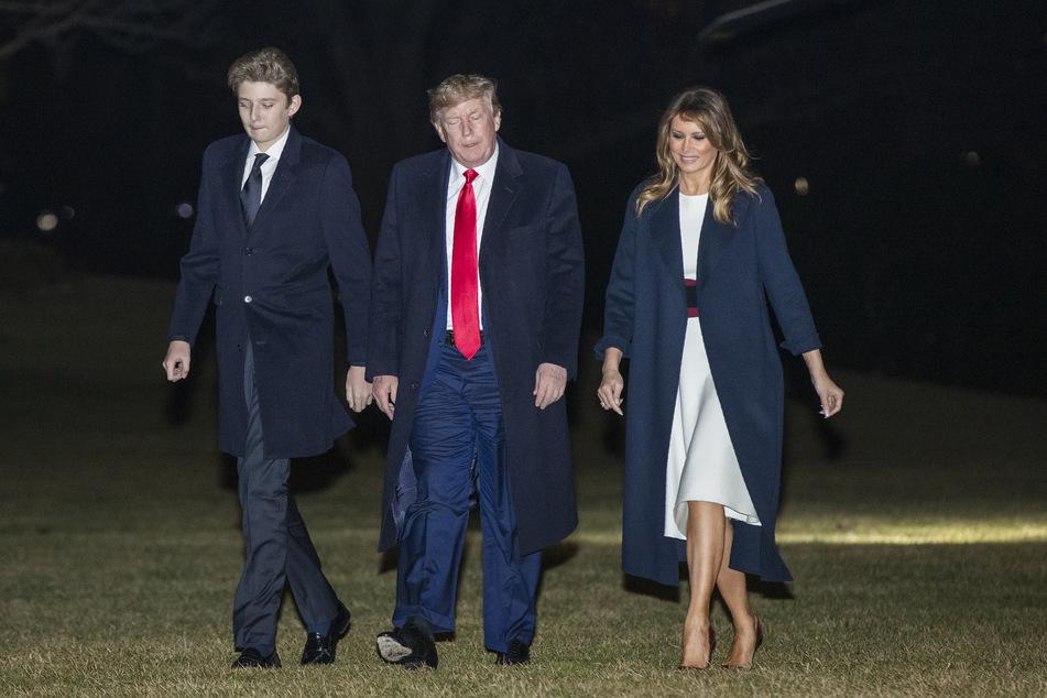 Donald Trump, Präsident der USA, die First Lady Melania Trump und ihr gemeinsamer Sohn Barron Trump kommen nach einem Wochenendausflug auf dem Mar-a-Lago-Anwesen im Weißen Haus an.